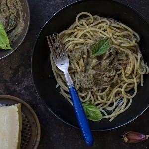 Spaghetti con pesto di melanzane